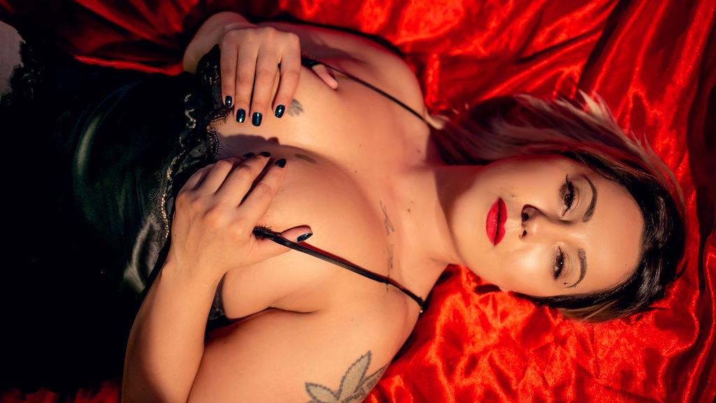 Show fierbinte la webcam AnyaVonSyn  – Fata pe LiveJasmin