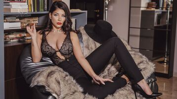 Show fierbinte la webcam RyvaMaybel  – Fata pe Jasmin